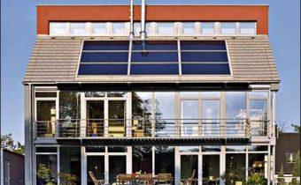 солнечные панели на крыше дома_solnechnye paneli na kryshe doma
