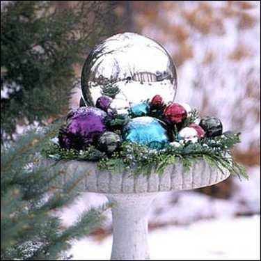 украшение сада зимой