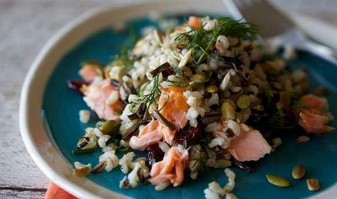 Рисовый салат с лососем