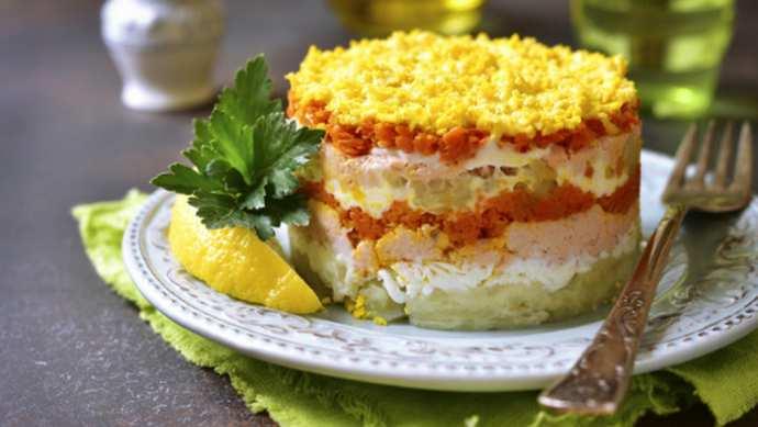 Слоеный салат с лососем