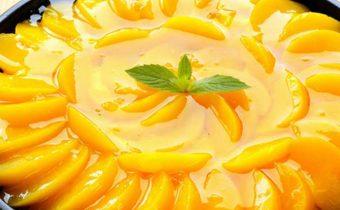 Легкий пирог с консервированными персиками