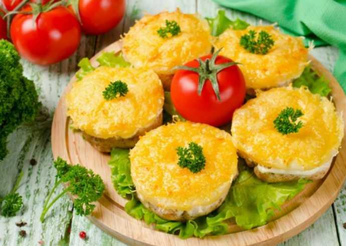 Куриные грудки, запеченные с ананасами и сыром