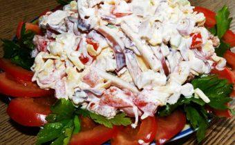 Салат из кальмаров, помидоров и сыра